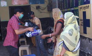 Women receiving food parcels from the Kindernothilfe Partner Deepti (Source: Kindernothilfe partner)
