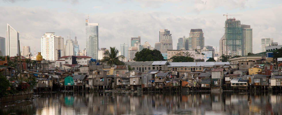 Heaven and hell - Skyline of Manila with slum area in the front. (Source: KNH partner organisation)