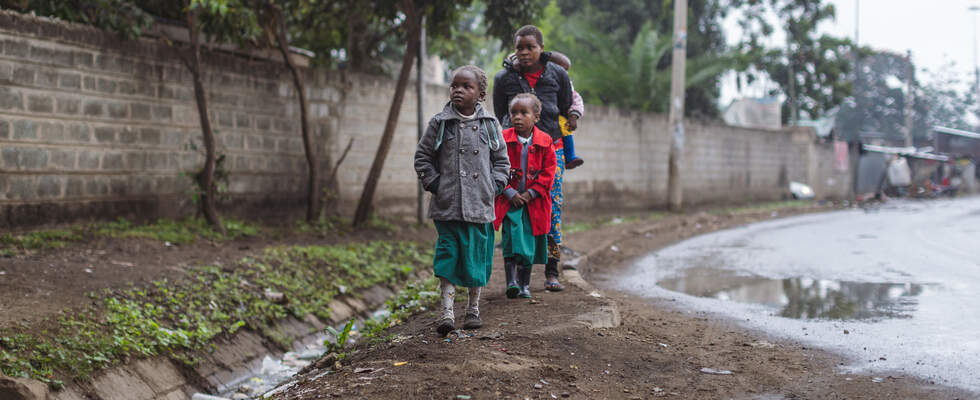 Children are walking along a street. (Foto: Lars Heidrich)