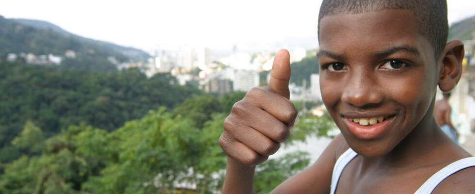 Brazilian boy holding his thumb up. (Source: Ralf Krämer)