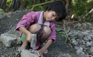 A girl works in a quarry and crushes stones. (Source: Christian Herrmanny)