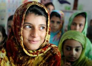 A girl in Pakistan at school. (Source: Jens Großmann)
