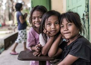 Three girls sitting on the streets in the Philippines. (Source: Jakob Studnar)