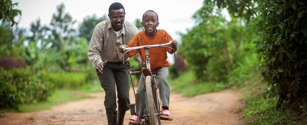 Father teaches his son how to ride a bicycle. (Source: Jakob Studnar)